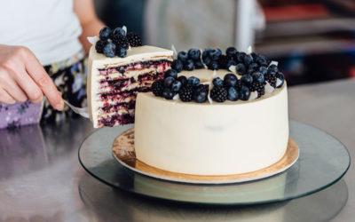 Шифоновый медовый торт с ягодами и кокосом