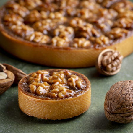 Tart with apples and walnut